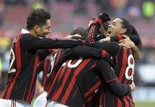 <p>Giocatori del Milan in campo dopo un gol. REUTERS/Paolo Bona</p>