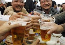 <p>Un brindisi a base di birra al Festival di Hanoi. REUTERS/Kham</p>