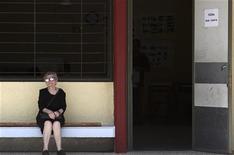 <p>Пожилая женщина сидит перед избирательным участком в Илиуполи во время выборов в Европарламент 7 июня 2009 года. Греция рассматривает возможность повышения среднего пенсионного возраста до 63 лет к 2015 году, что должно спасти местную пенсионную систему от краха, заявил во вторник министр труда Греции Андреас Ловердос. REUTERS/Yiorgos Karahalis</p>