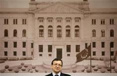 <p>Президент Еврокомиссии Жозе Мануэл Баррозу выступает с речью в Фёльклингене 24 июня 2009 года. June 24, 2009. Европарламент во вторник подавляющим числом голосов одобрил состав следующей Еврокомиссии, позволив новому исполнительному органу начать работу на четыре месяца позже, чем было запланировано. REUTERS/Kai Pfaffenbach</p>