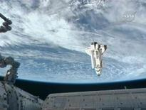 <p>Lo shuttle Endeavour si avvicina alla Stazione spaziale internazionale. REUTERS/NASA TV (UNITED STATES - Tags: SCI TECH IMAGES OF THE DAY)</p>