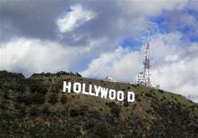 """<p>Imagen de archivo de la gigantografía """"Hollywood"""" en la colina Hollywood. dec 13 2009. Buscando evitar que la visión del cartel de Hollywood sea estropeada por un desarrollo inmobiliario, un grupo comenzó el martes una campaña para reunir 5 millones de dólares y adquirir la cima de una colina cercana que una vez fue del millonario Howard Hughes. REUTERS/Fred Prouser/archivo</p>"""