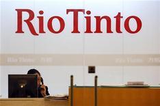 <p>Сотрудница шанхайского офиса Rio Tinto разговаривает по телефону 12 января 2010 года. Китай предъявил обвинение во взяточничестве и коммерческом шпионаже четырем сотрудникам горнорудной компании Rio Tinto, задержанным в июле прошлого года, сообщило в среду китайское информационное агентство Синьхуа. REUTERS/Aly Song</p>