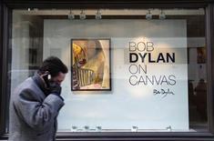 <p>Un hombre pasa frente de la exposición de Bob Dylan, en Londres. Feb 10, 2010. Bob Dylan cantó una vez sobre lo buena que sería su vida cuando pintara su obra maestra. Ahora los coleccionistas de arte y sus más fervientes seguidores tendrán la oportunidad de ver 12 pinturas originales de Dylan y comprarlas, en la apertura de una exhibición este fin de semana en Londres. REUTERS/Suzanne Plunkett</p>