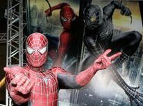 """<p>Foto de archivo de un hombre vestido del personaje """"Spider-Man"""" durante el estreno de la película """"Spider-Man 3"""", en Tokio, abr 16 2007. Cuando la nueva película de """"Spider-Man"""" llegue a los cines en dos años, los villanos de la pantalla no serán los únicos que quedarán atrapados en las redes del justiciero de las caricaturas, el público podría sentirse envuelto en la telaraña también. REUTERS/Yuriko Nakao</p>"""
