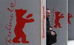 <p>Un hombre pasa junto al logo del Festival de cine de Berlín en la capital germana, feb 10 2010. REUTERS/Fabrizio Bensch (GERMANY)</p>