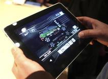 <p>Homem manuseia o iPad em San Francisco. O tablet da Apple, iPad, custa 229,35 dólares para ser produzido, segundo estimativa divulgada pela empresa de pesquisa iSuppli.27/01/2010.REUTERS/Kimberly White</p>