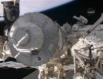 <p>Астронавт Николас Патрик работает над установкой модуля Международной космической станции 12 февраля 2010 года. Команда американского шаттла Endeavour установила последний крупный модуль Международной космической станции, завершив 10-летний период капитального строительства новой базы землян в космическом пространстве. REUTERS/NASA TV</p>