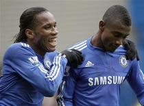 <p>Salomon Kalou cumprimenta Didier Drogba em partida do Chelsea. REUTERS/Andrew Winning (</p>