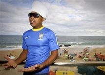 <p>El músico brasileño Carlinhos Brown presenta la nueva camiseta alternativa de la selección de fútbol de su país en Salvador, en medio de los festejos por el Carnaval. REUTER/Thiago Teixeira</p>