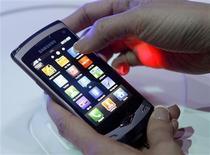 """<p>Samsung, deuxième fabricant mondial de téléphones portables, a présenté son produit phare, le """"Wave"""", un téléphone multifonctions avec écran tactile équipé pour la première fois de son système d'exploitation Bada. /Photo prise le 14 février 2010/REUTERS/Albert Gea</p>"""
