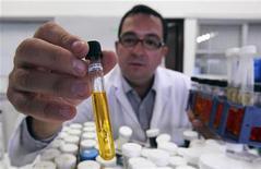 <p>Ricercatore con una provetta contenente biofuel in foto d'archivio.REUTERS/Guillermo Granja</p>