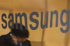 <p>Les géants coréens des téléphones mobiles Samsung et LG risquent de voir leurs projets de développement dans le secteur des smartphones buter sur la question cruciale des logiciels, selon des analystes. /Photo d'archives/REUTERS/Lee Jae-Won</p>