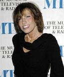 """<p>Foto de archivo de la cantante Carly Simon a su ingreso a la gala anual del Museo de Televisión & Radio de Nueva York, feb 8 2007. Simon dará a sus admiradores y a los cineastas una oportunidad para que se diviertan con uno de los misterios más grandes de la música pop: ¿quién es el blanco narcisista de su éxito de 1972 """"You're So Vain""""? REUTERS/Chip East</p>"""