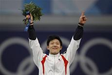 <p>Mo Tae-bum of South Korea celebrates his victory during the flower ceremony following the men's 500 metres speed skating race at the Richmond Olympic Oval during the Vancouver 2010 Winter Olympics, February 15, 2010. REUTERS/Jerry Lampen</p>