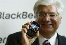 <p>Le co-directeur général de Research In Motion Mike Lazaridis. RIM, le fabricant du BlackBerry, estime que les combinés multimédias consomment trop de bande passante et juge qu'il est temps de développer des produits moins gourmands, sous peine de congestionner les réseaux. /Photo prise le 21 octobre 2009/REUTERS/Ina Fassbender</p>