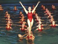 """<p>Синхронистки КНДР поздравляют с днем рождения главу государства Ким Чен Ира, Пхеньян 15 февраля 2010 года. Северная Корея празднует день рождения своего бессменного лидера Ким Чен Ира. Фигуристы, танцевальные труппы и спортсменки из команды по синхронному плаванию поздравили """"доброго отца"""" страны-""""изгоя"""", которая пытается возобновить диалог с извечным врагом - США. REUTERS/KCNA</p>"""