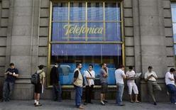 <p>Foto de archivo de un grupo de personas en fila para adquirir el nuevo iPhone 3G en una tienda de Telefónica en Madrid, jun 19 2009. La española Telefónica dijo el martes que el mercado de telefonía móvil en América Latina ofrece unos fundamentos sanos de crecimiento al haber terminado la crisis antes de lo previsto. REUTERS/Susana Vera</p>