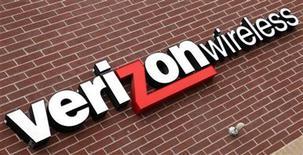 <p>Foto de archivo del logo de la compñía Verizon Wireless en una de sus tiendas en Westminster, EEUU, abr 26 2009. Verizon permitirá a sus usuarios hacer llamadas gratis o de bajo costo al usar el servicio Skype en sus teléfonos inteligentes, lo que lo convierte en el primer operador estadounidense de peso en alcanzar un acuerdo con la firma de internet. REUTERS/Rick Wilking</p>