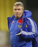 <p>Foto de arquivo do holandês Guus Hiddink conduzindo treino em Moscou. Hiddink assinou contrato para treinar a seleção da Turquia a partir de 1o de agosto, informou a Federação Turca de Futebol em comunicado nesta quarta-feira.13/11/2009.REUTERS/Denis Sinyakov</p>