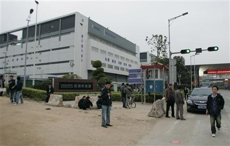 Workers walk outside Foxconn's factory complex in Guanlan in the southern Chinese province of Guangdong January 22, 2010. Foxconn manufactures products for Apple Inc. Picture taken January 22, 2010. REUTERS/James Pomfret