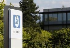 <p>Le fabricant de matériel informatique Hewlett-Packard relève ses prévisions annuelles après avoir publié des résultats trimestriels meilleurs que prévu grâce aux ventes solides de serveurs et au rétablissement du segment des imprimantes. /Photo d'archives/REUTERS/Denis Balibouse</p>