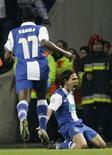 <p>O jogador Radamel Falcão (à direita), do Porto, comemora seu gol contra o Arsenal em jogo de ida das oitavas-de-final da Liga dos Campeões, em Porto. 17/02/2010 REUTERS/Miguel Vidal</p>
