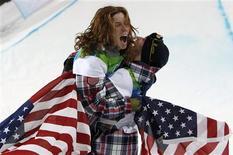 <p>Shaun White, medalista de ouro dos Estados Unidos, comemora com o medalista de bronze compatriota Scott Lago após a final do snowboard no halfpipe. Na montanha Cypress durante os Jogos de Inverno de Vancouver, 17 de fevereiro de 2010. REUTERS/Mark Blinch</p>