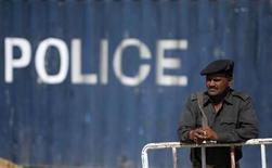 """<p>Полицейский следит за дорогой в Карачи 17 февраля 2010 года. Власти Пакистана поймали двух """"теневых командиров"""" афганских талибов, сообщил представитель властей Афганистана в четверг. REUTERS/Akhtar Soomro</p>"""
