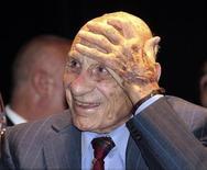 <p>Франсиско Варальо улыбается во время празднования своего дня рождения в Ла-Плата, Аргентина 12 февраля 2010 года.В свои 100 лет Франсиско Варальо помнит все: звук удара по тяжелому кожаному мячу, необходимость играть с травмой, так как замены были запрещены, и особенно финал, в котором его команда проиграла. REUTERS/Stringer</p>