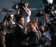 <p>Matt Damon cumprimenta Ben Affleck em Hollywood. Ben Affleck e Matt Damon se preparam para trabalhar juntos em um projeto para a Warner Bros.25/07/2007.REUTERS/Mario Anzuoni</p>