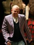 <p>Британскеий дизайнер Александр Муккуин на показе осень-зима 2006-2007 в Париже 3 марта 2006 года. Крупнейший в мире французский ритейлер товаров люкс Pinault-Printemps-Redoute (PPR) планирует развивать модный бренд Alexander McQueen после самоубийства его основателя Александра Маккуина. REUTERS/Charles Platiau</p>