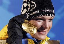 <p>A alemã Maria Riesch posa com sua medalha de ouro na cerimônia de entrega das medalhas do esqui alpino nas Olimpíadas de Inverno de Vancouver, em Whistler, 18 de fevereiro de 2010. Ela venceu a favorita norte-americana, Lindsey Vonn, que sofreu uma queda a poucos metros da linha de chegada. REUTERS/Leonhard Foeger</p>