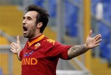<p>Mirko Vucinic da Roma comemora gol contra o Catania em jogo do Campeonato Italiano em Roma. A Roma venceu por 1 x 0 neste domingo, diminuindo para cinco pontos a diferença para a líder Inter de Milão. 21/02/2010 REUTERS/Giampiero Sposito</p>