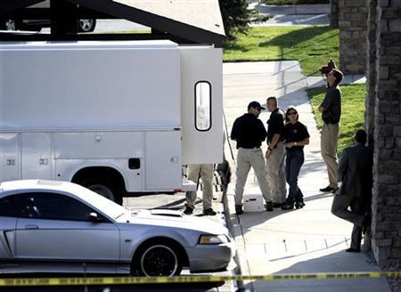 Federal Bureau of Investigation agents search the apartment of Najibullah Zazi in Aurora, Colorado September 16, 2009. REUTERS/Mark Leffingwell
