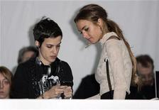 <p>Lindsay Lohan (R) talks to DJ Samantha Ronson before the Charlotte Ronson collection show at New York Fashion Week February 13, 2009. REUTERS/Carlo Allegri</p>