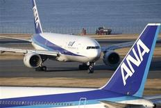 <p>An aircraft of Japan's second-largest airline All Nippon Airways Co., Ltd. (ANA) taxis along the runway at Haneda airport in Tokyo January 17, 2009. REUTERS/Stringer</p>