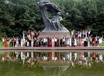 <p>Foto de archivo de las candidatas al concurso Miss World junto al monumento al compositor Frederic Chopin en el parque Lazienki en Varsovia, sep 2 2006. Polonia está celebrando los 200 años del nacimiento de uno de sus hijos más famosos, el compositor Frederic Chopin, con una maratón de una semana de recitales de su música, un billete en su memoria y un nuevo y moderno museo. REUTERS/Katarina Stoltz</p>
