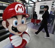 <p>Foto de archivo del personaje Mario Bross en el salón de muestras de la compañía Nintendo en Tokio, ene 29 2009. La japonesa Nintendo lanzará a fines de marzo su nuevo sistema de videojuegos portátil de doble pantalla en Estados Unidos, dijo la empresa el miércoles. REUTERS/Toru Hanai</p>
