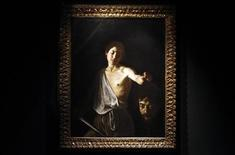 """<p>La obra """"David con la cabeza de Goliat"""" de Caravaggio durante una muestra en Roma, feb 19 2010. Una nueva exhibición de Caravaggio fue inaugurada en Roma para conmemorar el aniversario número 400 de la muerte del maestro del barroco y enfocar la atención en su destreza artística en vez de en su vida notoriamente escandalosa. REUTERS/Alessandro Bianchi</p>"""