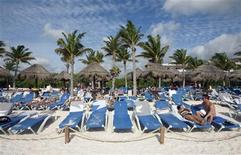<p>Tourists rest on the beach near where the Rio Group Summit will take place in Cancun February 20, 2010. REUTERS/Gerardo Garcia</p>