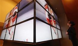 <p>Samsung Electronics, premier fabricant mondial de téléviseurs, a commencé à commercialiser en Corée du Sud des téléviseurs 3D, un marché émergent sur lequel le groupe sud-coréen veut rapidement prendre l'avantage. Le lancement mondial de ces téléviseurs numériques à affichage en trois dimensions est prévu pour le mois prochain. /Photo prise le 25 février 2010/REUTERS/Lee Jae-Won</p>