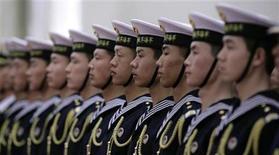 """<p>Guardias de honor en fila antes de una ceremonia oficial de bienvenida, en el Gran Palacio del Pueblo en Pekín. Feb 25 2010. El Ejército chino hizo una advertencia el jueves a Estados Unidos para que """"hable y actúe prudentemente"""" para evitar nuevas tensiones entre las dos potencias, y negó que interviniera en los ataques de piratería en internet. REUTERS/Jason Lee</p>"""