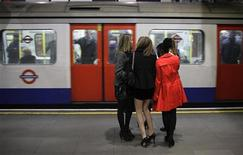 <p>Tre ragazze in metropolitana a Londra. REUTERS/Kevin Coombs (BRITAIN)</p>