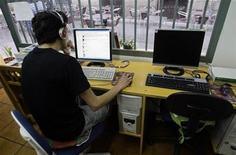 <p>Foto de archivo de un hombre navegando en internet en un local en Madrid, mayo 23 2008. Un 71,3 por ciento de los españoles están registrados en alguna red social de internet, un aumento del 20,5 por ciento respecto al año pasado en el uso de unas páginas que han conquistado a los internautas en España, según una encuesta difundida el viernes. REUTERS/Andrea Comas</p>