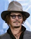 """<p>Ator Johnny Depp participa de evento antes do lançamento de seu filme """"Inimigos Públicos"""" em Tóquio em dezembro. O público cinéfilo japonês elegeu Depp como o melhor ator pelo sétimo ano consecutivo. 10/12/20009 REUTERS/Yuriko Nakao</p>"""