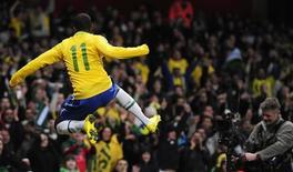 <p>O atacante Robinho comemora seu gol no amistoso do Brasil contra a Irlanda nesta terça-feira. REUTERS/Toby Melville</p>