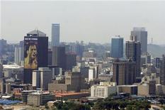 <p>A cidade sul-africana de Johanesburgo, com um anúncio da Copa ao fundo. 18/02/2010 REUTERS/Euroluftbild.de</p>