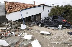<p>Последствия урагана на западе Франции 1 марта 2010 года. Сильнейший ураган, пронесшийся через запад Франции в минувшие выходные, принес страховщикам иски на 500 миллионов евро ($682 миллиона), сообщил глава французской страховой компании Scor Дэнис Кесслер радио BFM. REUTERS/Regis Duvignau</p>
