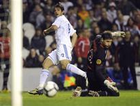 <p>Roque Santa Cruz marca para o Paraguai em vitória sobre o Athletic de Bilbao por 3 x 1 em amistoso. REUTERS/Felix Ordonez</p>